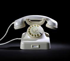 Siemens & Halske, W48 desktop telephone, designed 1948 for Deutsche Bundespost. Date of manufacture: 1954. Via Heinrich Nixdorf Museum