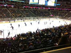 Pin 3. Het verhaal speelt zich het meest af op de ijshockeybaan.  Er is een leuke maar ook spannende sfeer.