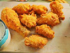 KFC csirke házilag! Ropogós bundával és ranch mártogatóssal - Hozzávalók: (kb. 10db egész csirkeszárnyhoz)  A csirkéhez:  4 ek liszt 400 ml víz 60 gr kukoricapehely 200 g kukoricaliszt 2 mk só 1 mk cayenne bors 1 tk fokhagyma granulátum 1 mk bors 1 mk sütőpor olaj A ranch szószhoz:  2 dl tej 1/2 citrom leve 1/2 csokor snidling 1/2 csokor petrezselyem 2 ek házi majonéz 1/2 tk fokhagyma granulátum 1 tk mustár só bors Kfc, Yummy Food, Tasty, Chicken Drumsticks, Chicken Wraps, Arabic Food, Food 52, Bacon, Food And Drink