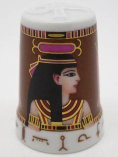 Dioses: Neith. Porcelana. Colección: Im Glanz der Pharaonen. Kunstarchiv. Alemania. Thimble-Dedal-Fingerhut.