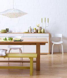 Farbiger Tafellack oder selbstgemachte Hängeleuchte – dekorative und praktische Ideen für die Küche und den Essbereich.