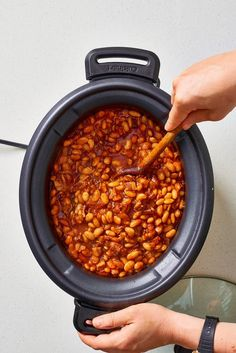 The Best Baked Beans Are Made in Your Slow Cooker How To Make Easy Slow Cooker Baked Beans. Need recipes and ideas for sides and side dishes you can Baked Beans Crock Pot, Best Baked Beans, Slow Cooker Baked Beans, Baked Beans With Bacon, Beans In Crockpot, Homemade Baked Beans, Bbq Beans, Crock Pot Slow Cooker, Slow Cooker Recipes