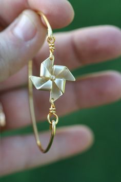 Such a CUTE pinwheel on this gold bangle bracelet!