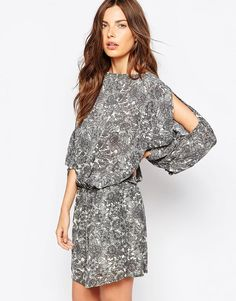 """Casual dress by Ganni Printed woven fabric Boat neckline Split detailing to sleeves Stretch waist Twin slant pockets Relaxed fit Machine wash 100% Viscose Our model wears a UK S/ EU S/ US XS and is 175 cm/5'9"""" tall"""