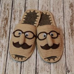 Patterns Slippers Quote from 😉… - Crochê Crochet Baby Shoes, Crochet Baby Booties, Knitting Socks, Hand Knitting, Baby Knitting Patterns, Crochet Patterns, Crochet Stitches, Knit Crochet, Crochet Slipper Pattern