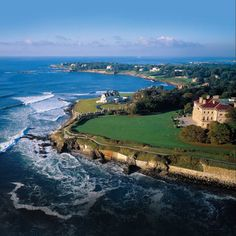 See why you should plan a honeymoon in Rhode Island. With beautiful beaches, historic hotels and so much to see, it's easy to understand why a Rhode Island honeymoon would be perfect! Weekend Trips, Weekend Getaways, Day Trips, Long Weekend, Oh The Places You'll Go, Places To Travel, Places To Visit, Travel Destinations, Travel Stuff