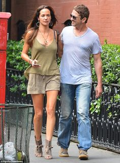Dressed down: Gerard kept it casual in a grey T-shirt paired with jeans and brown sneakers. Nyc Coffee Shop, Brown Sneakers, Gerard Butler, Hollywood Fashion, Girlfriends, Summer Outfits, Actresses, Actors