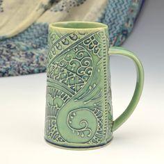 Avoir votre bière préférée dans cette tasse. Seulement pour le buveur de café grave quelle détient 20 onces de café... Cest beaucoup de café. Extra grande, mais léger et élégant avec des motifs complexes de paisley    Ce sont façonnées de dalles pour ressembler à tissu brodé enroulé. Ils sont légers et vont sentirez bien dans votre main, même avec elle plein.    La tasse toute est agrémentée de décoration de glissement complexe inspirée par les tissus Indiens et des broderies et des…