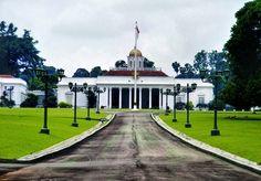 istana bogor, merupakan tempat wisata untuk umum yang sangat diminati.