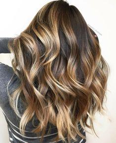 como conseguir el efecto de las mechas balayage, tutoriales paso a paso, cabello largo ondulado con mechones rubios