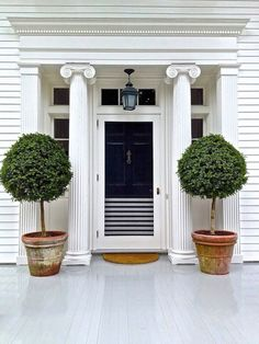 The Secrets to Being the Most Gorgeous House on the Block// Aerin Lauder, exterior, front door.mt:the colors I have been wanting to do my bedroom in for a couple of years with gold added. I would like this door better if it was all navy Home Design, Design Hotel, Design Ideas, Exterior Design, Interior And Exterior, Exterior Paint, Decoration Shabby, Pintura Exterior, Black Doors