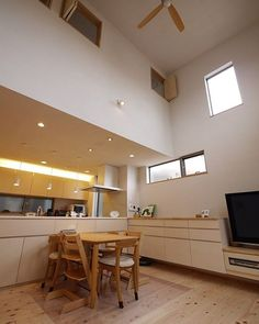 都市部でも静かにリラックスできるリビングダイニングを 大きな窓は設けていませんが吹抜の高窓から光が差し込みます 囲まれているので安心する空間です . それほど広くないリビングダイニングなので他の部屋との連続性を持たせ一体感を感じさせます . テレビ台も兼ねた造り付けの収納家具は足元があいています そこにはルンバの定位置が 普段生活している目線からは見えませんし置いてあってもじゃまになりません . ダイニング周りの手に届く位置にたっぷり収納もありコンパクトだからこそスッキリさせたリビングダイニングです