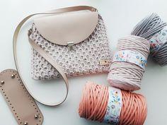 Crossbody taška v jemnej ružovej farbe. Tvorená háčkovanou technikou, kombinovaná s doplnkami z ekokože. Cotton Cord, Saddle Bags, Crossbody Bag, Self, The Splits, Shoulder Bag, Cross Body Bags, Shoulder Bags