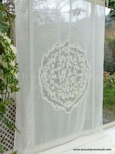 """Tendone misto lino shabby chic serie """"Rosace"""" Blanc Mariclò Decor, Guest Bedroom, Curtains, Tapestry, Parisian Interior, Printed Shower Curtain, Home Decor, Shabby Chic, Deco"""