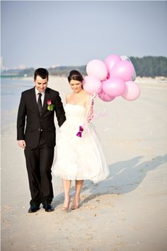 Bride on the beach with balloons - photo inspiration