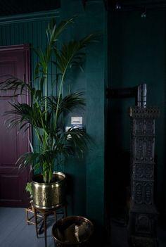 24 Charming Green Interior Design Ideas to Obsess Over Home Decorations Design Hotel, House Design, Dark Hallway, Upstairs Hallway, Decoration Bedroom, Grey Flowers, Dark Walls, Dark Painted Walls, Dark Purple Walls