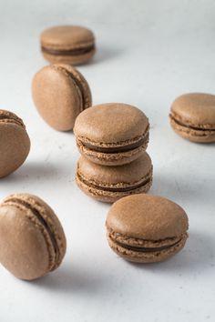 Chokolade macarons opskrift og vejledning Macarons, Cookies, Cake, Desserts, Food, Crack Crackers, Tailgate Desserts, Pie, Biscuits