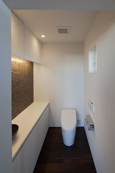 toilet  茶色のモザイクタイルと間接照明で落ち着いた空間に。