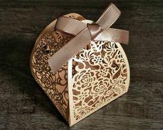 PEDIDO MÍNIMO DE 30 UNIDADES    Ideal para pequenos bem casados, pequenos bolos, amêndoas, chocolates, castanhas, trufas, confetes, jujubas, doces ou balas sortidas e o que sua criatividade mandar.    Tamanho da base: 6,3 x 6,3 cm    Caixinha de papel gramatura alta, em papel Nude. Acompanha fita...