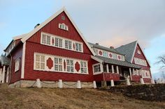 Messe A (offisersmesse) Drevjamoen leir, Blåfjellvegen, 8664 Mosjøen, Norway Norway, Cabin, Mansions, House Styles, Home Decor, Velvet, Pictures, Decoration Home, Manor Houses