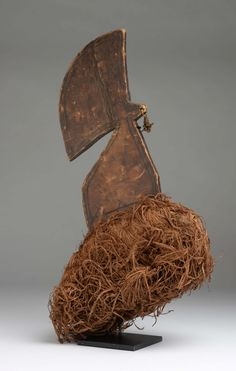 Crest Budja, Democratic Republic of Congo  Wood, straw, vegetable fibers.  High: 54 cm  Restorations