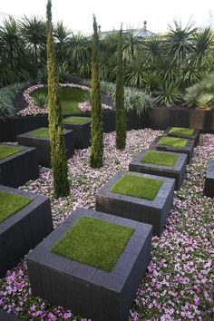 Andersom: verhoogde bedden om op te lopen en planten op de grond!   Garden Gallery- RHS Chelsea Flower Show 2009 - The Quilted Velvet Garden.