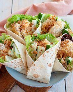 Wraps met krokante kip en honing-mosterdsaus Wraps with crispy chicken and honey mustard sauce Healthy Cooking, Healthy Snacks, Healthy Recipes, Healthy Wraps, Cooking Bacon, Fruit Recipes, Crispy Chicken Wraps, Eat Better, Wrap Recipes