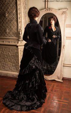 Robe noire à tournure -
