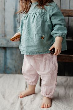 Handmade linen shirt with bee embroidery. Simple and super comfy. Coconut buttons in the back for easy and comfortable change. Composition: 100% linen Colour: Mint Size guide: 0-1 months, Height 56cm (22 inches) 0-3 months, Height 62cm (24.5 inches) 3-6 months, Height 68cm (26.7 inches) 6-9 months, Height 74cm (29 inches) 9-12 months, Height 80cm (31.5 inches) 12-18 months, Height 86cm (34 inches) 18-24 months, Height 92cm (36 inches) 2-3 years, Height 98cm (38.5 inches) Care instructions…