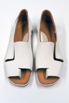 Dutch shoe designer Anna Korshun designed a line of shoes and sandals that click into place instead of using glue and seams. Zapatos Shoes, Shoes Sandals, White Sandals, White Shoes, Loafer Flats, Fashion Magazin, All About Shoes, Free Shoes, Summer Shoes