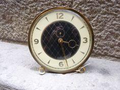 Antiguo reloj despertador de cuerda dorado West por Mementosbcn