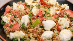 Deze zomerse couscoussalade met veel groenten, sappige watermeloen en brokjes mozzarella kan je bereiden als volwaardige (vegetarische) maaltijd, maar even goed als bijgerecht voor de barbecue. Ze past bv. heel erg goed bij een vleesbereiding zoals merguez of kefta.