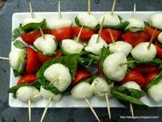 Szukacie inspiracji na karnawałowe przekąski? Dobrze trafiliście :-) Na domowych imprezach najlepiej sprawdzają się tzw. finger food, czyli przystawki, do których nie musimy używać sztućców. Prym wśród przekąsek wiodą koreczki - czyli kawałki sera, wędlin, warzyw, owoców, pieczywa nadziane na wykałaczkę. Ich zaletą jest to, że przygotowuje się je błyskawicznie z produktów, które akurat mamy pod ręką.