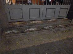 Añadido al acceso a los soportales de Sant Agustí Nou, en Barcelona. Barcelona, Garage Doors, Outdoor Decor, Home Decor, Cities, Decoration Home, Room Decor, Barcelona Spain, Carriage Doors