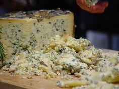 Queso Cabrales (Asturias): Sin duda el queso por excelencia en Asturias. Normalmente se hace con leche de vaca pero se llega a hacer incluso con mezcla de vaca, oveja y cabra. La clave de este queso es su proceso de maduración que dura entre 2 y 4 meses y se realiza en cuevas naturales de gran humedad, es por ello que surgen las manchas azuladas en el queso.Su sabor es muy fuerte e incluso picante, sobre todo cuando contiene leche de oveja y de cabra.