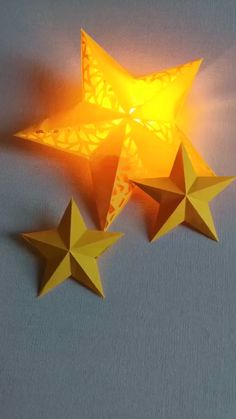 DIY Christmas Star Lights - Use two-piece paper and a small bulb to make star l. - DIY Christmas Star Lights – Use two-piece paper and a small bulb to make star lights. Save it, do - Diy Crafts Hacks, Diy Home Crafts, Diy Arts And Crafts, Fun Crafts, Christmas Crafts, Diy Projects, Diy Christmas Table Decorations, Christmas Origami, Decoration Crafts