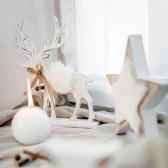 Habillez votre table avec ce magnifique centre de table d'hiver !  On aime ce grand cerf en bois de part sa couleur blanche et ses détails comme son manteau en fourrure et son joli noeud autour de son cou.    ASTUCE DÉCO ► Jouez avec les matières bois, fourrure et obtenez un décor de fête scandinave ou polaire pour votre réveillon de Noël.