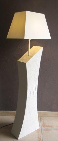 Bonjour, voici la lampe en carton entièrement construite, reste plus que les finitions, c'est-à-dire, le ponçage, et la peinture. Elle mesure exactement 1,53 m. Les effets en relief sont réalisés avec un enduit que j'ai moi-même travaillé, les faces avant...