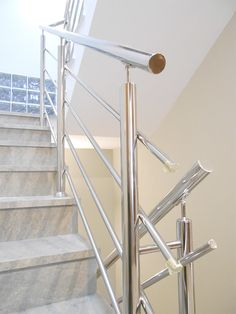 Barandilla de acero inoxidable pulida a espejo. #barandilla  #acero  #inoxidable  #escaleras #hernani  #gipuzkoa  #donostia  #sansebastian Steel Stairs Design, Steel Stair Railing, Steel Gate Design, Metal Stairs, Modern Stairs, Staircase Design, Railings, Balcony Railing Design, Glass Railing