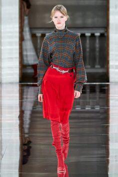 Victoria Beckham Fall 2020 Ready-to-Wear Collection - Vogue Fashion Mode, Fashion 2020, Womens Fashion, Fashion Trends, International Fashion, London Fashion, Victoria Beckham News, Red Pleated Skirt, Mini Skirt