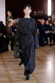 The complete Lemaire Fall 2018 Ready-to-Wear fashion show now on Vogue Runway. Runway Fashion, Fashion Show, Fashion Outfits, Fashion Design, Women's Fashion, Vogue Paris, Fashion Essay, Fashion Silhouette, Autumn Fashion 2018