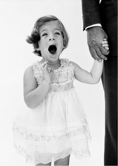 Caroline Kennedy holding her father John F. Kennedy's hand, photographed by Richard Avedon, Caroline Kennedy, Los Kennedy, John F Kennedy, Sweet Caroline, Richard Avedon, Die Kennedys, Familia Kennedy, John Junior, Father John