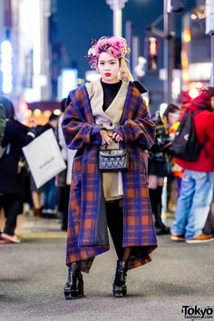 japanese fashion Stylish layers Harajuku street fashion with plaid maxi coat, platform booties, quilted handbag, and statement-making headpiece. Japanese Streets, Japanese Street Fashion, Tokyo Fashion, Harajuku Fashion, Korean Fashion, Harajuku Japan, Fashion Fashion, Fashion News, Fashion Outfits