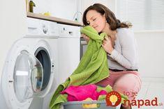 Napriek pridávaniu aviváže prádlo zvláštne zapáchalo a keď čakáte sviežu vôňu čerstvo vypranej bielizne, toto zistenie nie je ničím príjemným. Keďže periem takmer denne, rozhodla som sa, že pri jednom praní vyskúšam starý trik, pridám do práčky aj balík prášku do pečiva.
