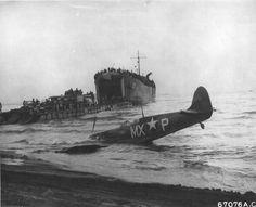 Un Supermarine Spitfire abatido por fuego amigo en Poestum, nótese el buque de desembarco LST tras el caza, Italia, octubre 1943