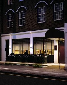 Restaurant Gordon Ramsey - Unsurpassed modern French cuisine.  68 Royal Hospital Road, SW3 4HP. Tel - +44 (0)207 352 4441