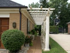I love this side pergola, especially when neighbors or properties are this close. Charming, curb appeal yet adds a bit of privacy. #pergola #sidepergola