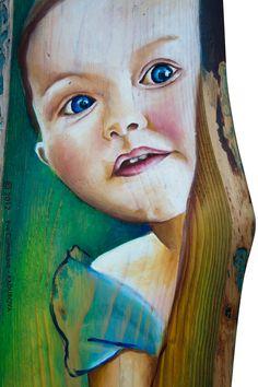 Autorka naplno necháva vyniknúť zaujímavú kresbu dreva a farebne ju dopĺňa realistickou maľbou malého zvedavého dievčatka skrývajuceho sa za stromom. Faces, Portraits, Artist, Painting, Head Shots, Artists, Painting Art, The Face, Paintings