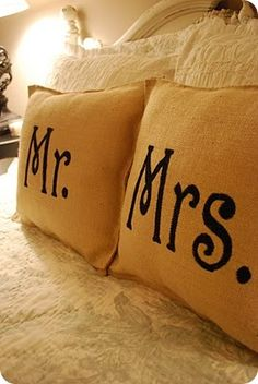 DIY Home Design- Mr & Mrs burlap pillows Do It Yourself Furniture, Do It Yourself Home, Diy Projects To Try, Home Projects, Sewing Projects, Burlap Projects, Diy Décoration, Diy Crafts, Simple Crafts