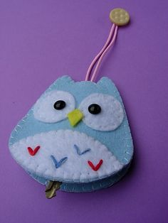 felt owl key chain- voor KOwl key cover - I must make one of these!Owl key holder )picture only)hide your keys in this felt owl pouch.Owl key holder - link no longer works Fabric Crafts, Sewing Crafts, Sewing Projects, Felt Owls, Felt Animals, Owl Keychain, Keychains, Key Covers, Owl Crafts